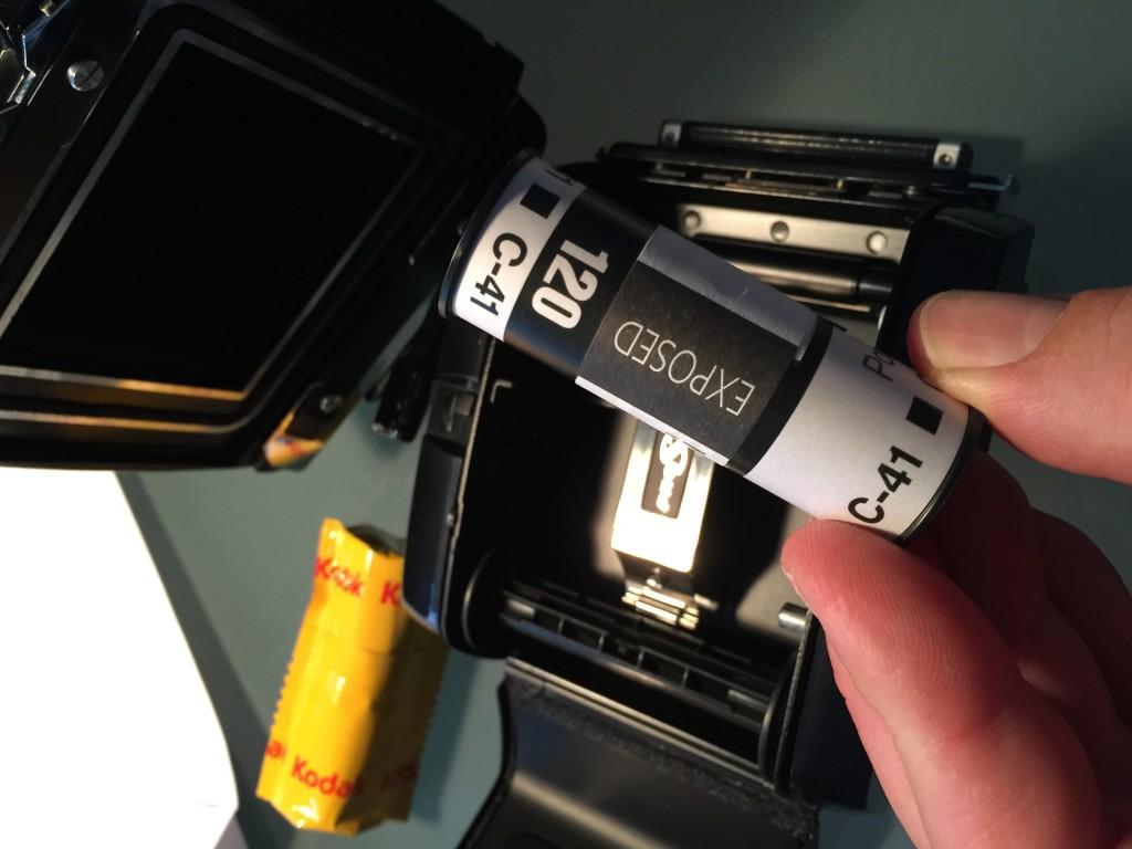 Der 120er Rollfilm. Der Film wird nur das etwas breitere Papier vor Lichteinfall geschützt.