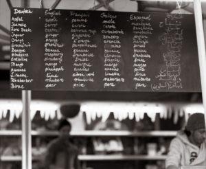 Stand auf dem Münchener Viktualienmarkt (Sekor 90 mm, auf Kodak T-Max 400)