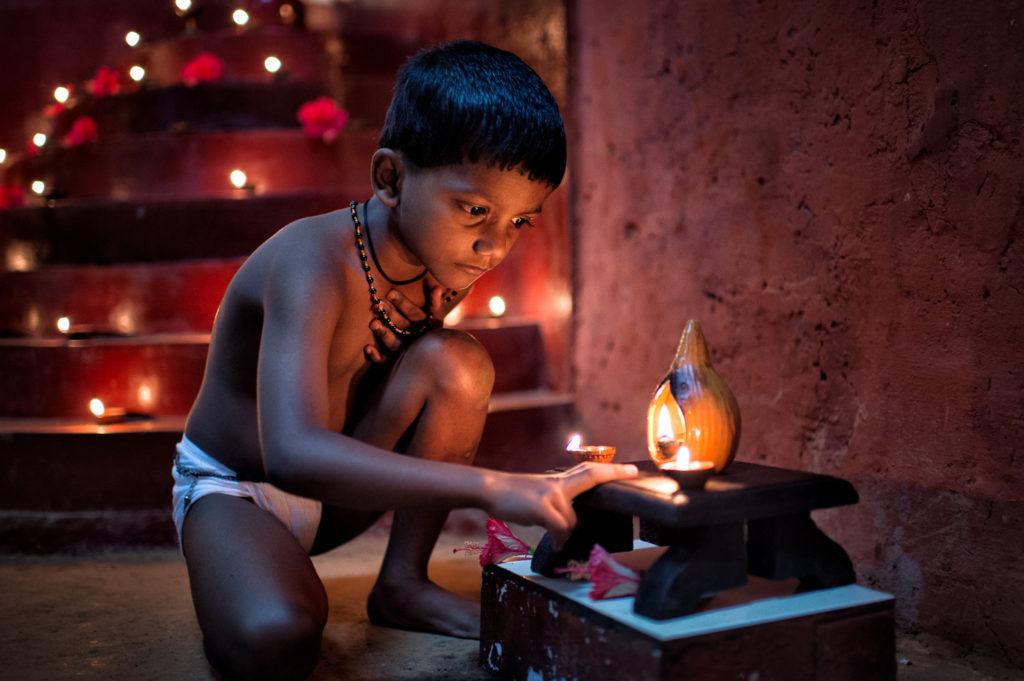 Junger Kalippayat-Kämpfer beim Gebet, Fotoreise Kerala, Südindien, © Thorge Berger, www.reisefotografie.de